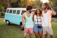 Trois amis se tenant ensemble près de campervan Photo stock