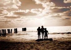 Trois amis sur la plage Photos libres de droits