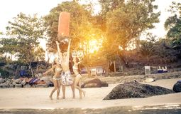 Trois amis sur la plage avec la lanterne Photos stock