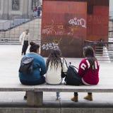 Trois amis sur un banc Photographie stock libre de droits