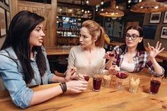 Trois amis très actifs discutant des actualités Photographie stock