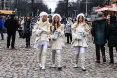Trois anges marchant par le marché de Noël à Berlin photo stock
