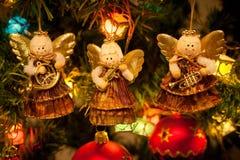 Trois anges s'arrêtant sur l'arbre de Noël Images stock