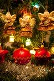 Trois anges s'arrêtant sur l'arbre de Noël Photo stock