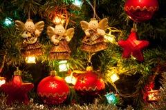 Trois anges s'arrêtant sur l'arbre de Noël Photo libre de droits