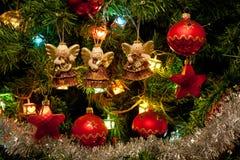 Trois anges s'arrêtant sur l'arbre de Noël Image stock