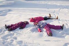 Trois anges sur la neige image stock
