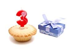 Trois ans de bougie d'anniversaire avec le petit gâteau Photo libre de droits