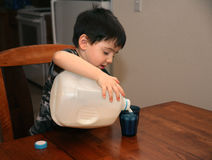 Trois ans de lait se renversant images stock