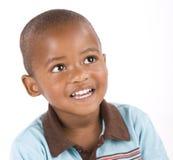 Trois ans de sourire noir de garçon photographie stock