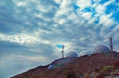 Trois antennes paraboliques Images libres de droits