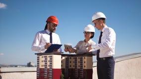 Trois architectes ou ingénieurs ayant une réunion photo libre de droits