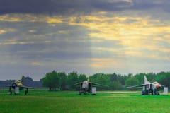 Trois avions militaires sur le champ vert et le fond de ciel bleu Photographie stock