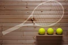Trois balles de tennis et raquettes d'empreinte Images stock