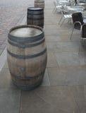 Trois barils avec des Tableaux et des chaises Photographie stock libre de droits
