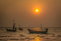 Trois bateaux de pêche le soir, Chanthaburi Image stock