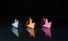 Trois bateaux de papier coloré Images stock