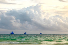 Trois bateaux à voile sur l'horizon de la mer bleue tropicale de sauset, Phil Photo libre de droits
