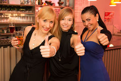 Trois beautés dans un bar Image stock