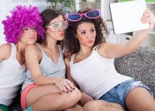 Trois beaux amies prenant le selfie dans la maison Photos libres de droits