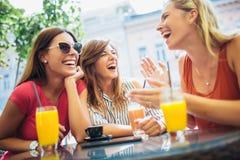 Trois beaux amis dans un café Photographie stock libre de droits