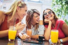 Trois beaux amis dans un café Photos libres de droits