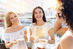 Trois beaux amis féminins saluant le matin Photo stock
