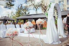 Trois beaux caboteurs avec les fleurs et les rubans tendres d'écarlate Image libre de droits