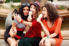 Trois beaux femmes se photographiant Photos libres de droits