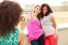 Trois beaux femmes se photographiant Photographie stock