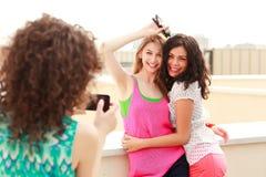 Trois beaux femmes se photographiant Photo libre de droits