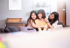 Trois beaux jeunes amis asiatiques de femmes parlant le sourire et rire ensemble Photos stock