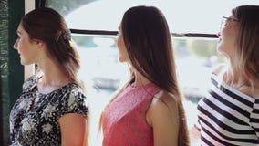 Trois beaux modèles posant dans des robes banque de vidéos