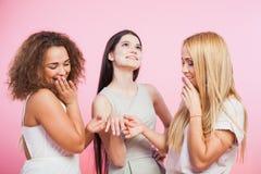 Trois belles femmes admirent la bague de fiançailles du ` s d'ami image stock
