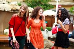 Trois belles femmes riant et ayant l'amusement Photos libres de droits