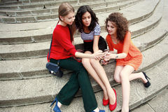 Trois belles femmes riant et ayant l'amusement Photo libre de droits