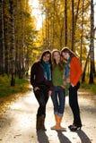 Trois belles filles en stationnement Images stock