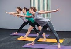 Trois belles filles font le yoga au centre du yoga et de la station thermale Image libre de droits