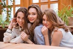 Trois belles filles s'asseyant en café Images libres de droits