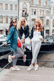 Trois belles filles sur la rue Photographie stock libre de droits
