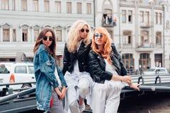 Trois belles filles sur la rue Photo stock