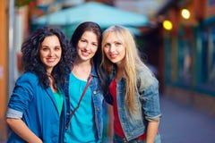 Trois belles filles sur la rue de soirée Images libres de droits