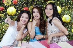Trois belles filles tient des paniers Images libres de droits