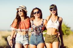 Trois belles jeunes femmes appréciant l'été sur le voyage par la route Photographie stock
