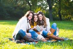 Trois belles jeunes femmes en parc Photo libre de droits