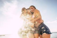 Trois belles longues jeunes femmes de cheveux dans les vacances Image stock