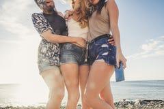 Trois belles longues jeunes femmes de cheveux dans les vacances Photos stock