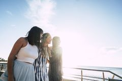 Trois belles longues jeunes femmes de cheveux dans les vacances Photographie stock