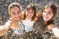 Trois belles longues jeunes femmes de cheveux dans les vacances Photo stock