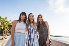 Trois belles longues jeunes femmes de cheveux dans les vacances Image libre de droits